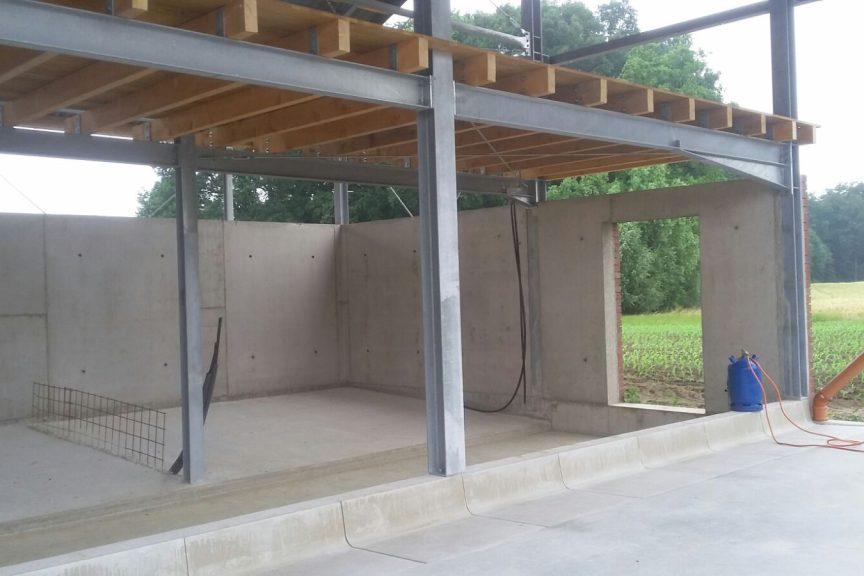 Offener Bullenstall mit Strohbühne und Mistlager 1