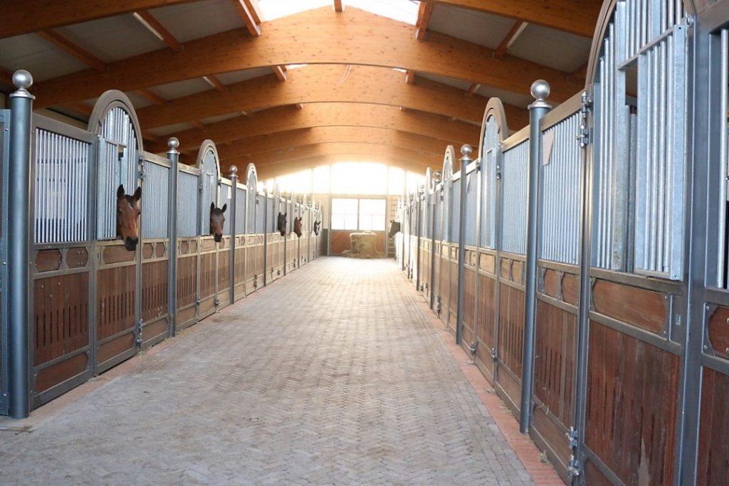 Pferdestall mit Leimbinderdach